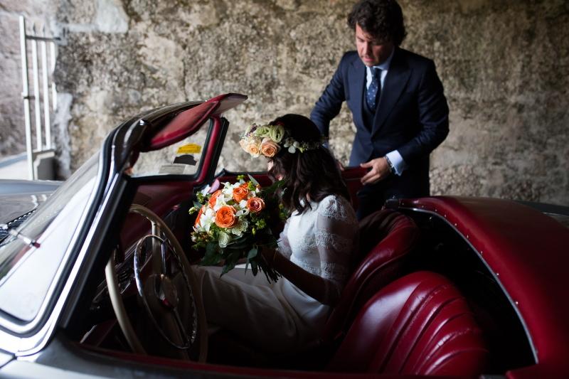 Novia y novio subiendo al coche en el dia de su boda