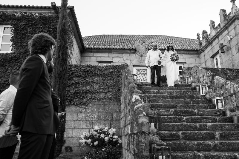 Llegada de la novia a la ceremonia bajando las escaleras de un pazo