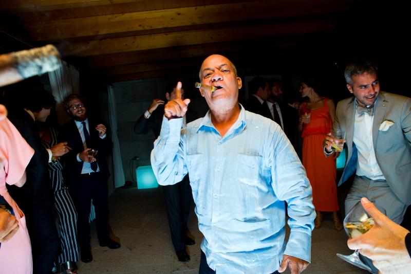 Invitado en la fiesta de una boda fumando puros cubanos