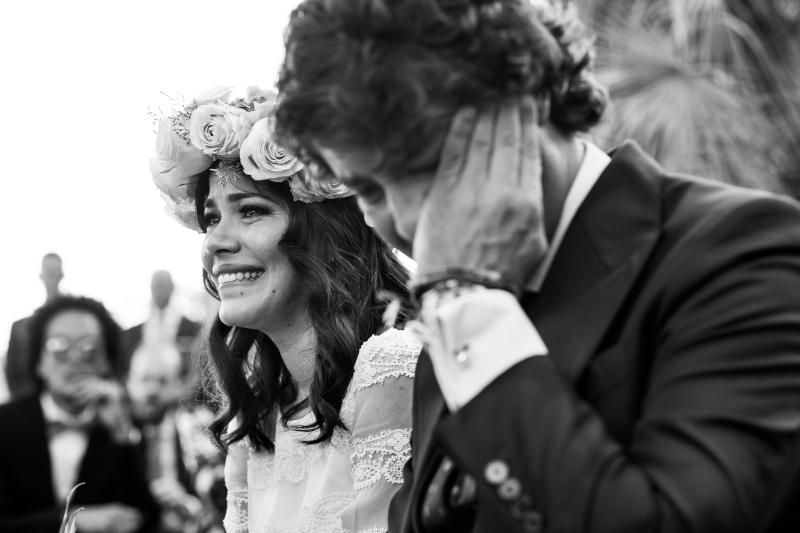 Novios emocionados durante la ceremonia en el dia de su boda