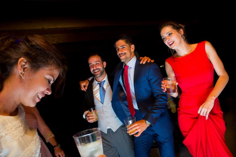 Novia e invitados bailando en el baile de la boda