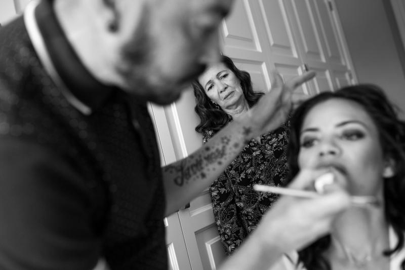 Madre de la novia y novia en los preparativos de la boda mientras la maquillan