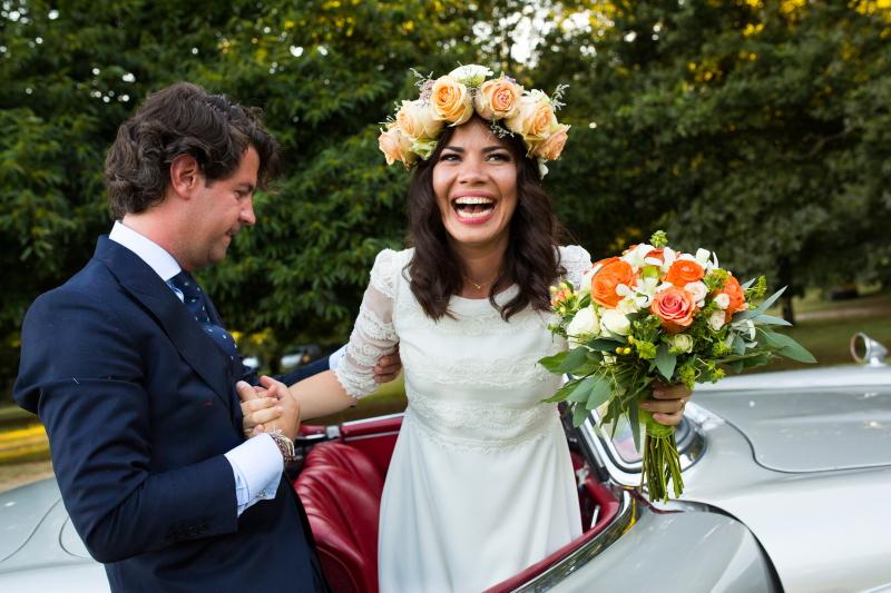 Novios bajando del coche el día de la boda