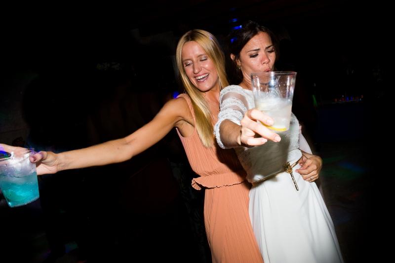 Novia con invitada en la fiesta de su boda
