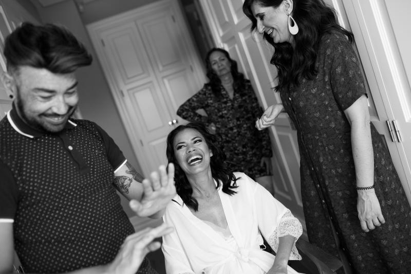 Novia en los preparativos con su madre y el maquillador