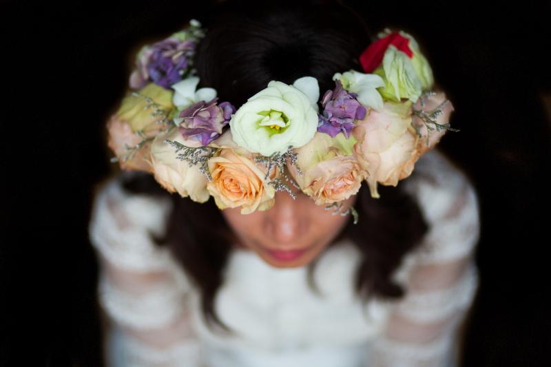 Detalle de la corona de flores de una novia