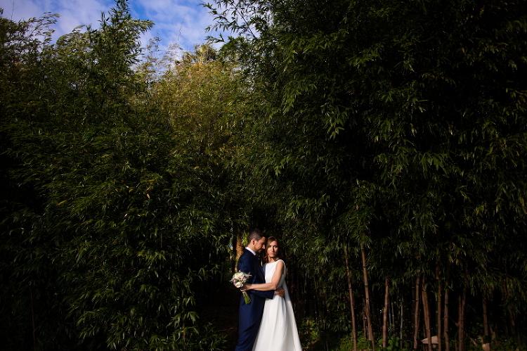 Pareja de novios en los jardines de La casona da Torre el dia de su boda