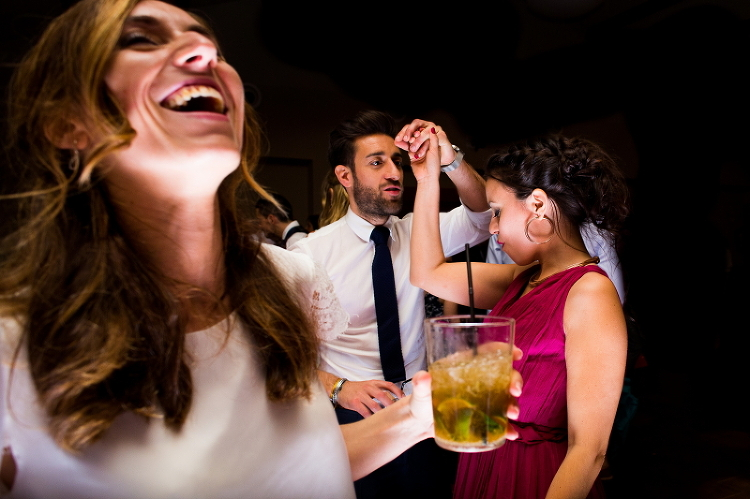 Novia con invitados en el baile el dia de su boda