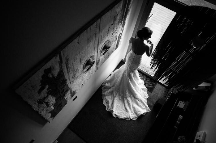 Novia de espaldas con vestido