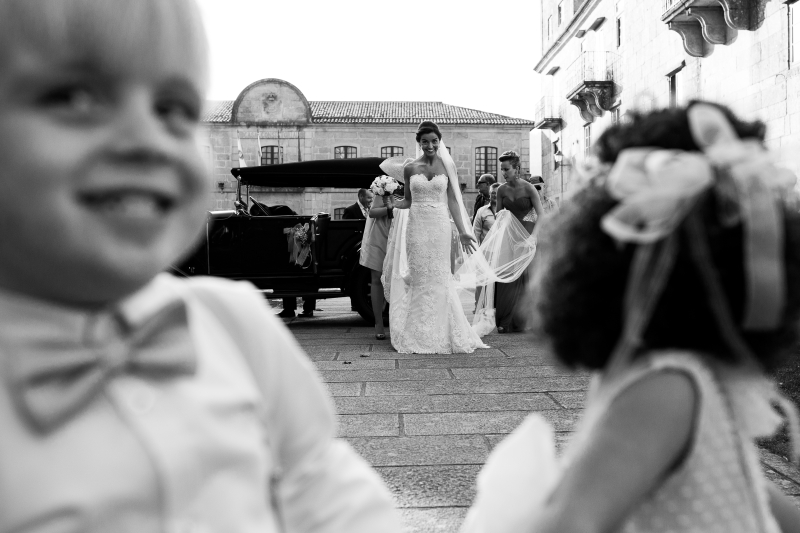 Novia llegando a la iglesia en el dia de su boda