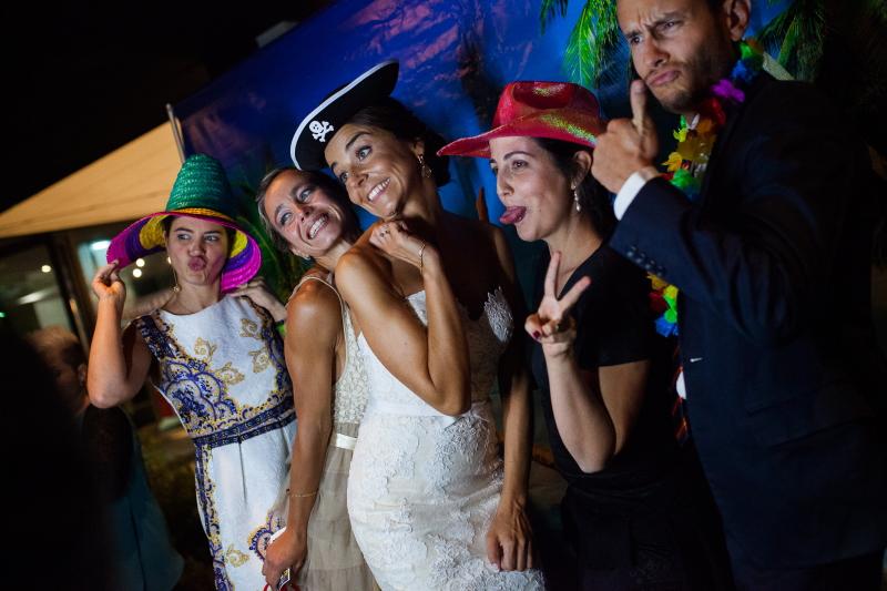 Novia con invitados en photocall el dia de su boda