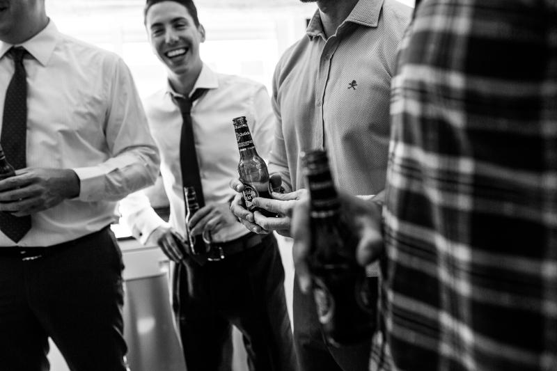 Invitados bebiendo una cerveza Estrella Galicia