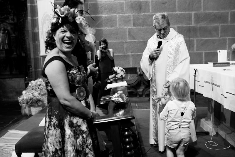 Madrina feliz en la ceremonia de una boda