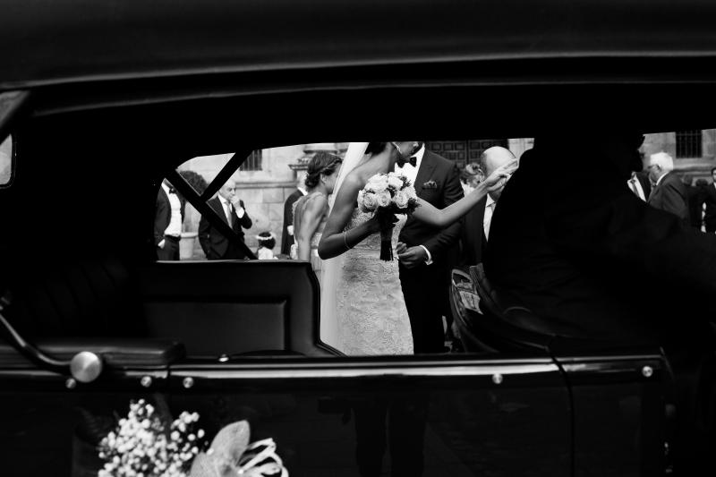 Novia entrando en el coche el dia de su boda