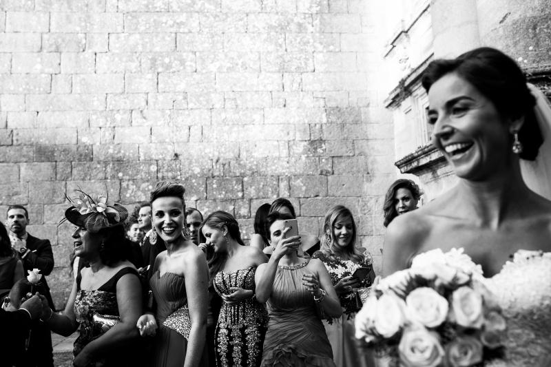 Invitadas con la novia en la salida de la iglesia el dia de su boda