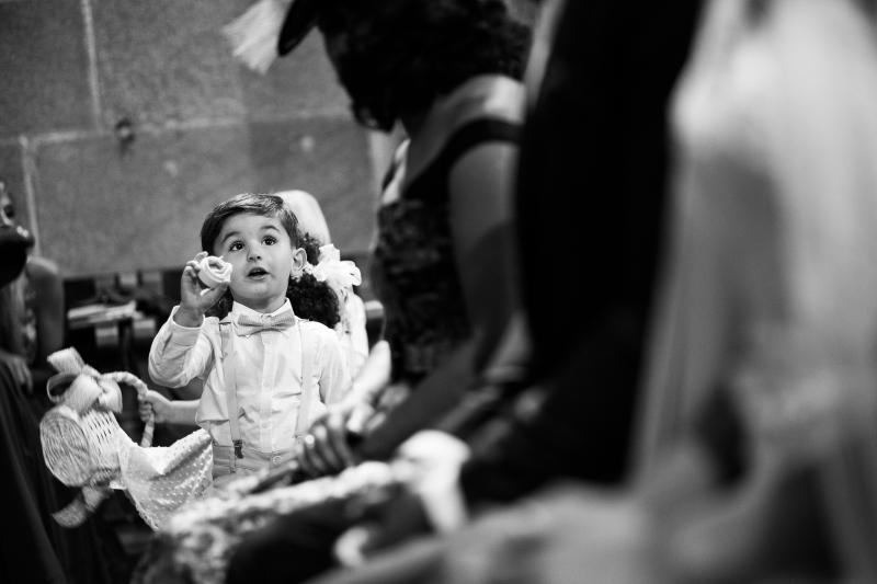 Niño con anillos en la ceremonia de una boda