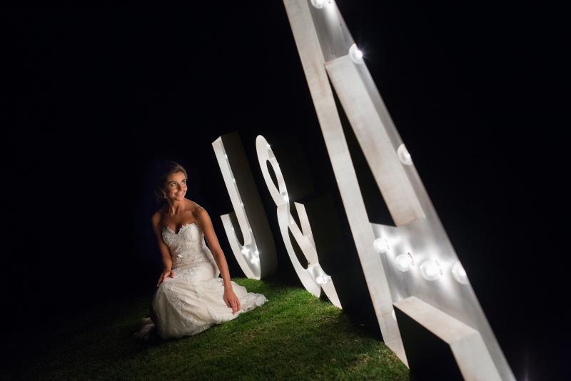 Novia posando con letras luminosas el dia de su boda