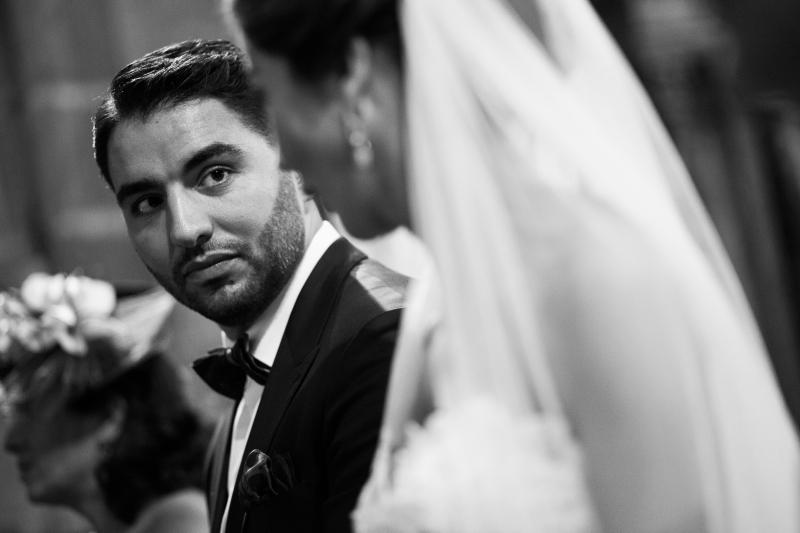 Novio mirando a la novia durante la ceremonia de una boda