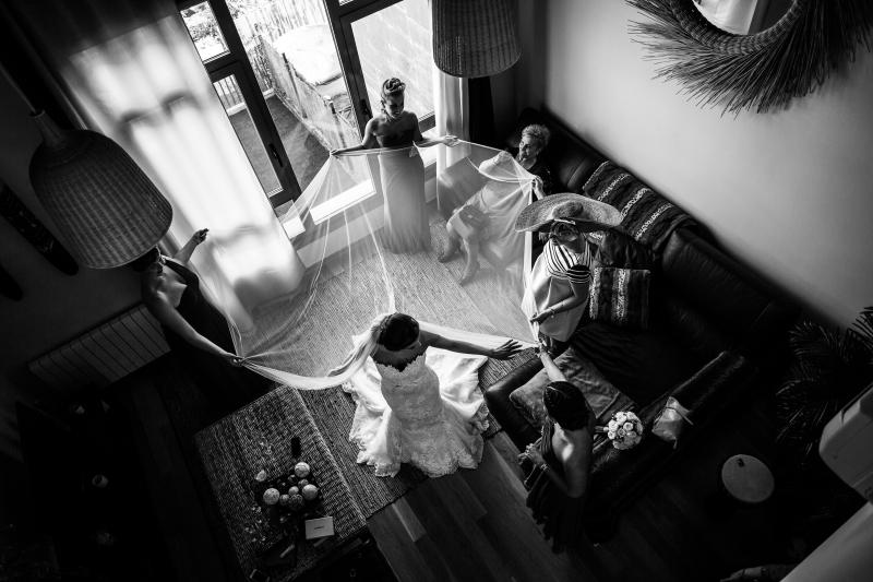 Invitadas colocando el velo a la novia