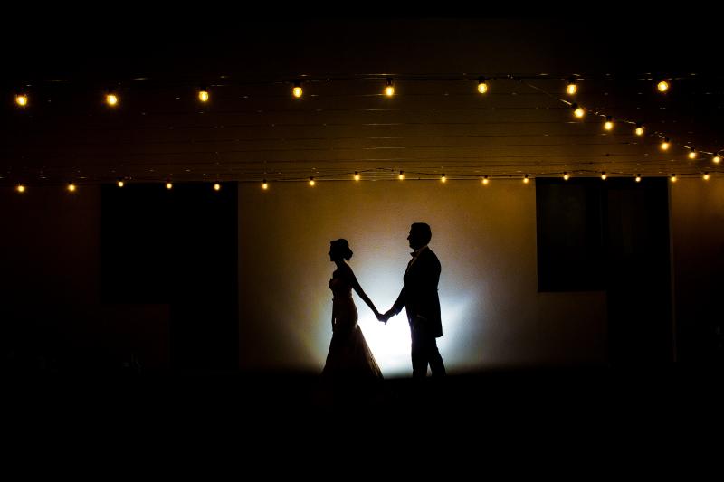 Silueta de pareja de novios foto nocturna