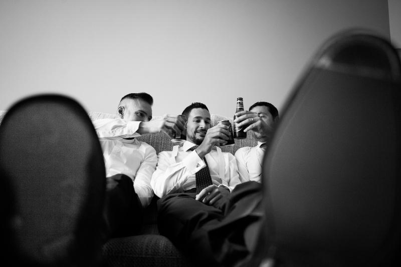 Novio con invitados brindando con cerveza