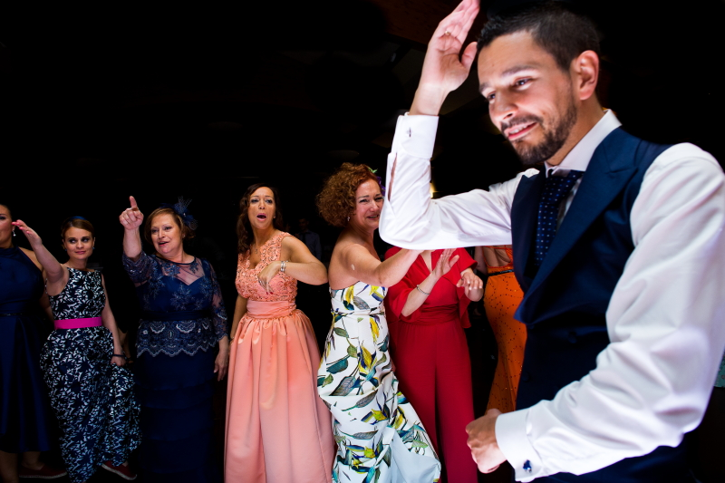 Novio con invitadas en la fiesta de la boda
