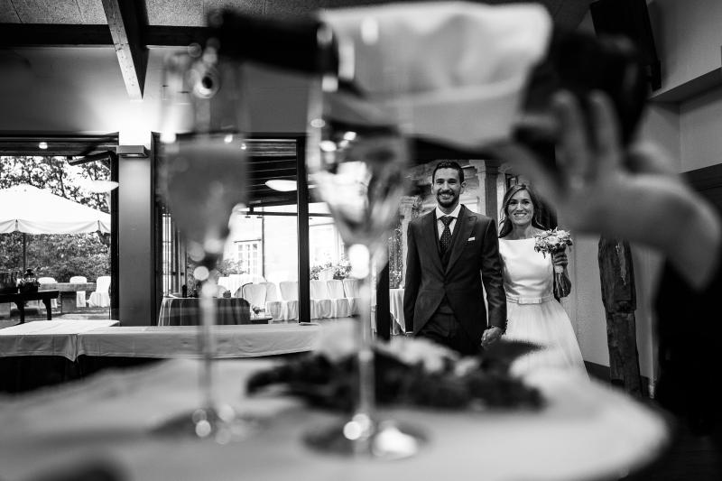 Novios con brindis en la entrada del banquete en Casona da Torre en el día de su boda