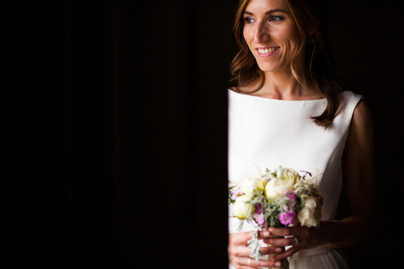 Retrato de novia con ramo de flores en su boda