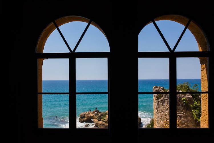Vistas del mar a traves de una ventana en el Castillo de Tamarit - Fotografía de boda