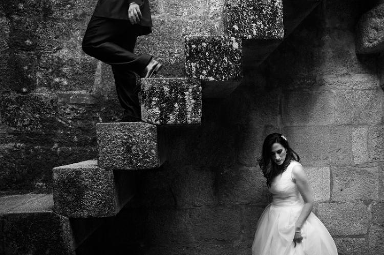 Novio y Novia en una escalera en la Catedral de Tui- Fotografía de postboda