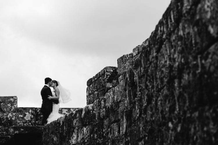Fotografía de novios en castillo de Galicia