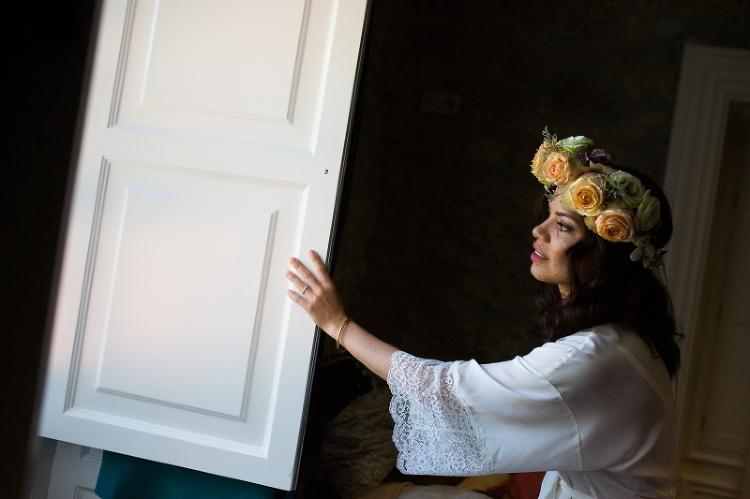 Novia viendo por una ventana