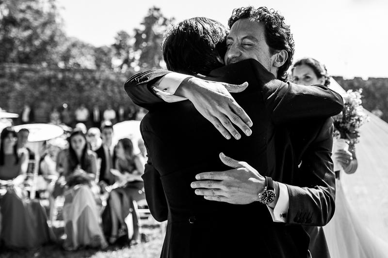 Fotografia de boda en el Pazo de Cores novio abrazando a invitado
