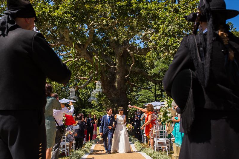 Fotografia de boda en el Pazo de Cores salida novios de ceremonia civil al aire libre