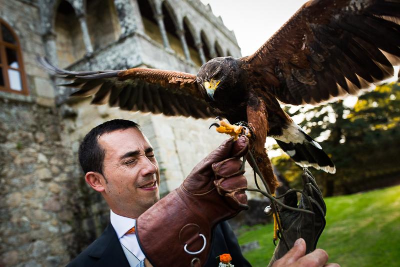 Historia de una boda en Castillo de Soutomaior con una espectacular ceremonia religiosa en el Patio de armas , y como en una boda de cuento un halcón llevo los anillos volando hasta el altar