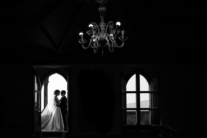 Historia de una boda en Castillo de Soutomaior que como fotógrafos de boda en Pontevedra hacemos fotos muy diferentes de la pareja de novios
