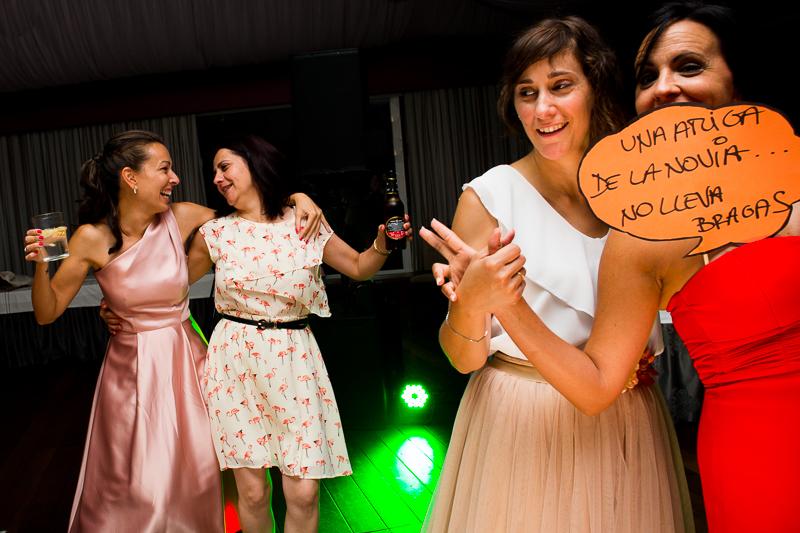 Historia de una boda en Castillo de Soutomaior donde las invitadas se lo pasan genial en la fiesta bailando y con el atrezzo del photocool