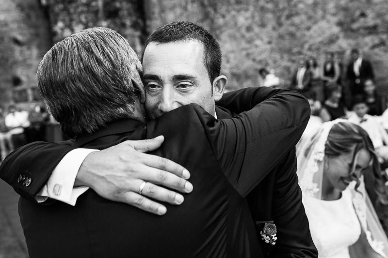 Historia de una boda en Castillo de Soutomaior Fran abraza a su padre en una ceremonia religiosa llena de momentos únicos
