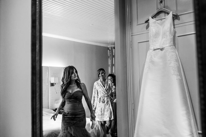Historia de una boda en Castillo de Soutomaior Estibaliz enseña el vestido de novia a sus damas de honor
