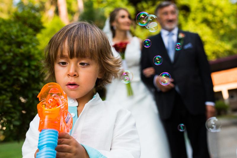Historia de una boda en Castillo de Soutomaior los pajes anuncian la llegada de la novia con pompas de jabón