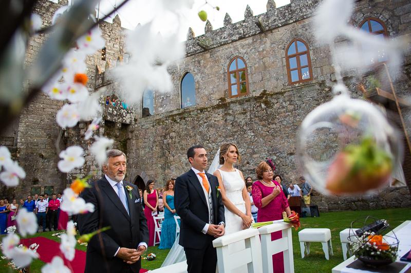 Historia de una boda en Castillo de Soutomaior con una ceremonia al aire libre en el Patio de Armas decorado de flores