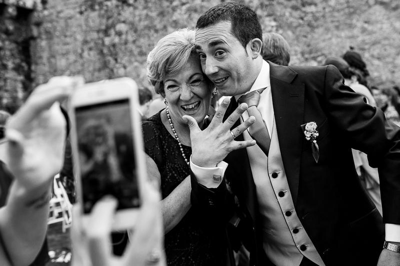 Historia de una boda en Castillo de Soutomaior el novio luce su anillo de boda al terminar la ceremonia