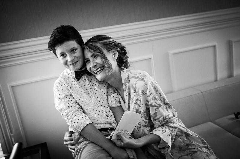 Historia de una boda en Castillo de Soutomaior Estibaliz abraza a su sobrino en el momento de los preparativos