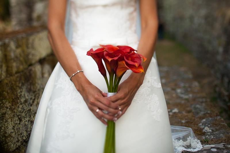 Historia de una boda en Castillo de Soutomaior la novia lucio un delicado ramo