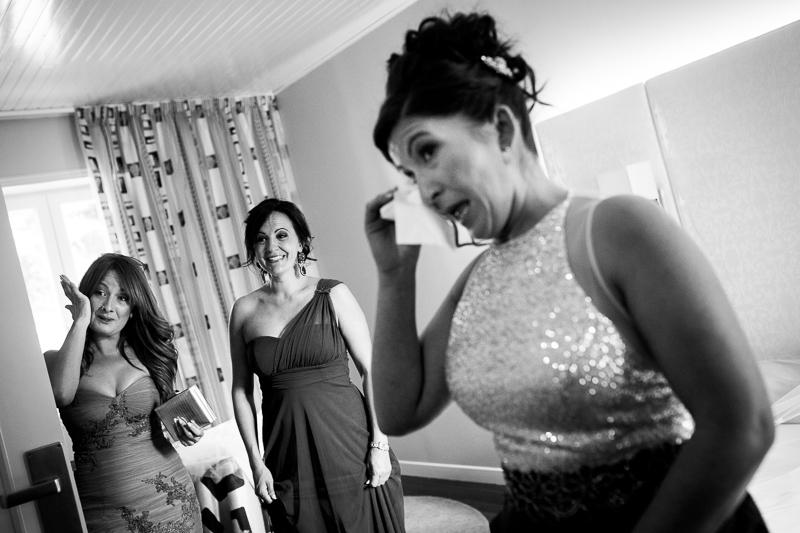 Historia de una boda en Castillo de Soutomaior cuando las damas de honor se emocionaban al ver por primera vez a la novia con su vestido, son esos instantes que a los fotógrafos de boda en Pontevedra nos encanta inmortalizar