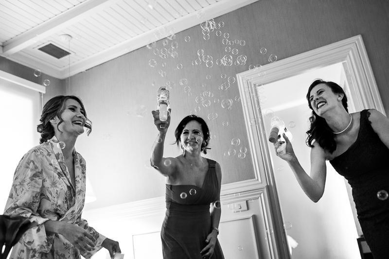 Historia de una boda en Castillo de Soutomaior y las damas de honor llenaron la habitación de la novia de pompas de jabón