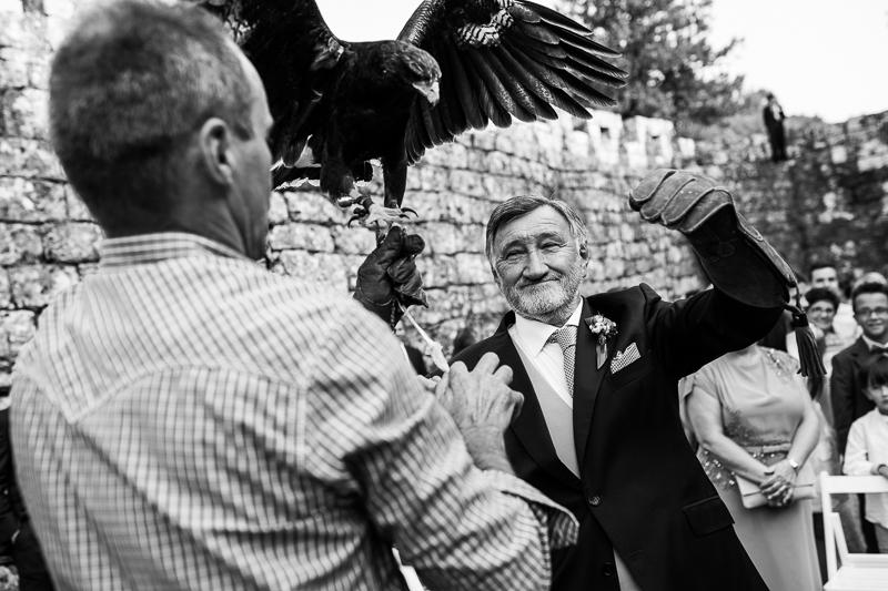 Historia de una boda en Castillo de Soutomaior con el padrino de boda recibiendo los anillos a traves de un halcón en medio de una ceremonia al aire libre