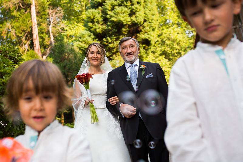 Historia de una boda en Castillo de Soutomaior orgulloso padrino de boda con la novia de su brazo