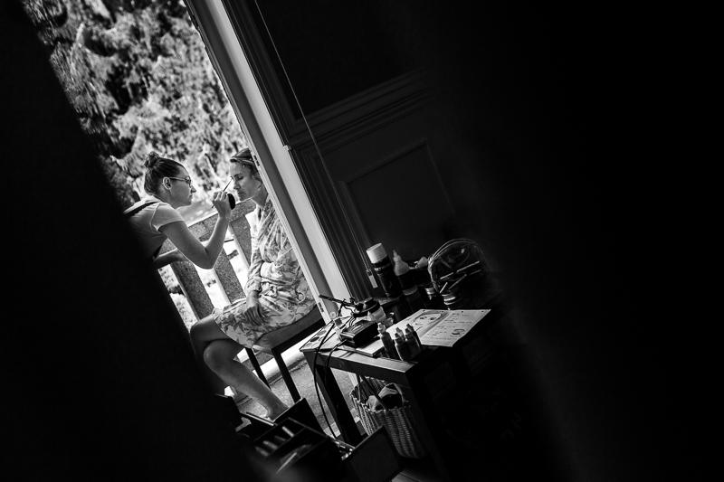 Historia de una boda en Castillo de Soutomaior Estibaliz se relaja en el balcón mientras la maquillan para la ceremonia de boda