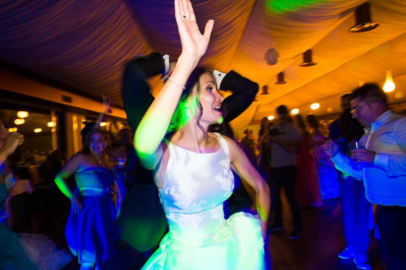 Historia de una boda en Castillo de Soutomaior novia en la fiesta